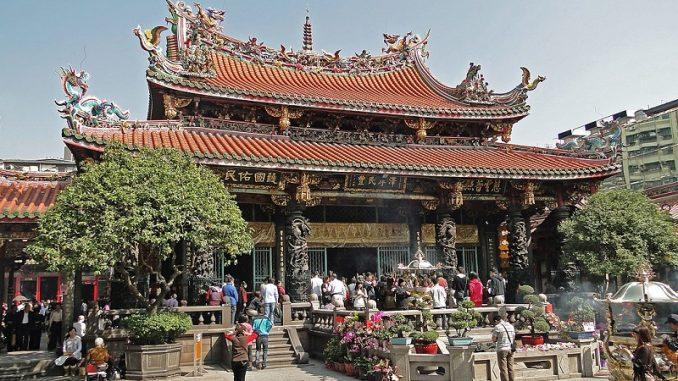 Mengjia Longshan Temple 678x381 - Taipei Travel Guide - Where To Go In Taiwan